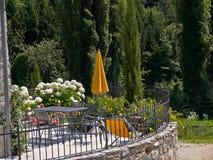 Balcón italiano típico de la casa con las flores Imágenes de archivo libres de regalías