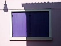 Balcón púrpura en la pared rosada Fotos de archivo libres de regalías