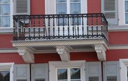 Balcón rojo de la casa fotografía de archivo