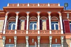 Balcón rojo y blanco en estilo del vintage Imágenes de archivo libres de regalías