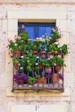 Balcón viejo adornado con las flores Fotografía de archivo