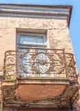 Balcón viejo con un enrejado hermoso del labrado-hierro Imágenes de archivo libres de regalías