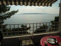 Balcón y visión sobre las islas en Croacia Imagenes de archivo