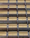 Balcões amarelos em um bloco de apartamentos ou em um feriado moderno do highrise imagens de stock