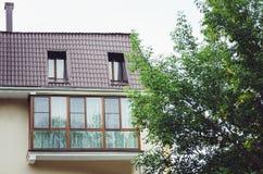 Balcões bonitos, elementos de uma construção residencial nova moderna, cor clara imagens de stock royalty free