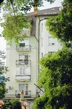 Balcões bonitos, elementos de uma construção residencial nova moderna, cor clara imagens de stock