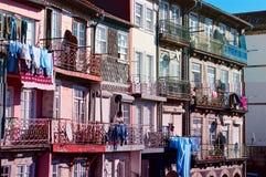 Balcões coloridos de casas velhas em Porto, Portugal Fotografia de Stock