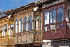 Balcões de madeira rústicos coloniais coloridos em Cusco, Peru fotos de stock royalty free