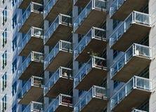 Balcões de vidro no lado de um edifício alto Fotografia de Stock Royalty Free