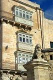 Balcões e símbolo do leão de Valletta, Malta Imagens de Stock Royalty Free
