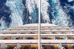 Balcões em um navio de cruzeiros, plataformas com vigília ou fuga foto de stock royalty free
