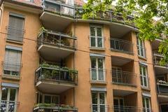 Balcões europeus Front View da fachada do prédio de apartamentos do vintage Fotos de Stock Royalty Free