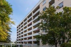 Balcões modernos alemães do complexo de prédio de apartamentos da arquitetura caros Fotografia de Stock Royalty Free