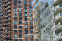 Balcões modernos e janelas altos da elevação que cruzam o fundo Imagem de Stock