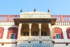 Balcões no palácio da cidade, Jaipur do projeto detalhado, Índia fotos de stock royalty free
