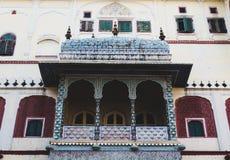 Balcões no palácio da cidade, Jaipur do projeto detalhado, Índia foto de stock royalty free