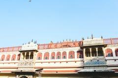 Balcões no palácio da cidade, Jaipur do projeto detalhado, Índia foto de stock