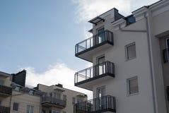 Balcões vazios em um prédio de apartamentos residencial novo Fotografia de Stock Royalty Free
