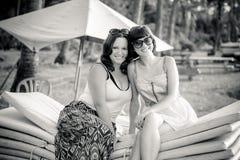 Balcak и белое фото красивых молодых женщин брюнет на пляже около Индийского океана Тропический остров Бали, Индонезия Стоковые Фотографии RF