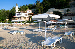 Balchik - strand en Koningin Marie Palace Stock Afbeelding