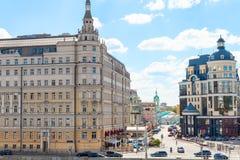 Balchug gata och Raushskaya invallning i Moskva Arkivbild
