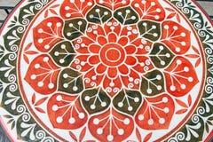 Balck和红色花油漆设计桌上面  图库摄影