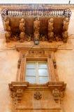 Balcón barroco, Noto, Sicilia, Italia Foto de archivo