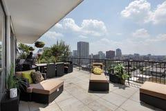 Balcón del condominio con la opinión de la ciudad Fotos de archivo libres de regalías