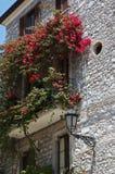 Balcón italiano con las flores Fotografía de archivo libre de regalías