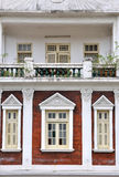 Balcón y ventanas de la residencia en estilo de la iglesia Foto de archivo libre de regalías