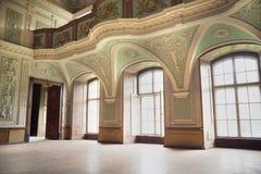 Balcon antique dans le palais photographie stock