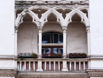 Balcon antique dans le style gothique sur une façade de bâtiment Photographie stock libre de droits