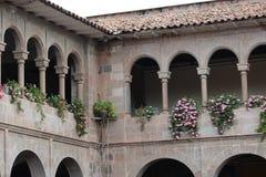 Balcon avec des fleurs dans Cusco, Pérou image libre de droits