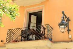 Balcon avec des portes d'auvent et réverbère à Barcelone, Espagne Photographie stock libre de droits