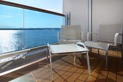 Balcon avec des présidences et table sur le bateau Photographie stock