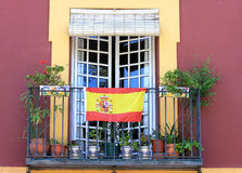 Balcon avec l'indicateur espagnol en Séville, Espagne Images libres de droits