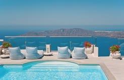 Balcon avec la piscine avec la vue de mer de caldeira Photographie stock