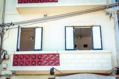 Balcon avec les fils électriques Photos stock