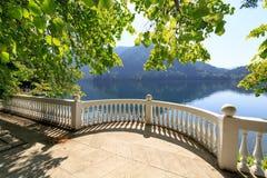 Balcon classique semi-circulaire sur le rivage du lac Ritsa, à la résidence d'état en l'Abkhazie photos libres de droits