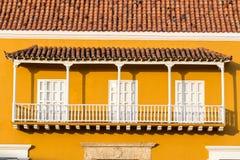 Balcon colonial jaune et blanc Photo libre de droits