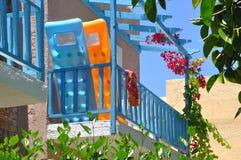 Balcon coloré d'hôtel avec un matelas de piscine photos stock