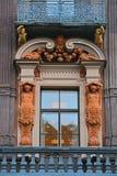 Balcon com as estátuas da casa de Utin mercante em St Petersburg, Rússia Fotografia de Stock Royalty Free