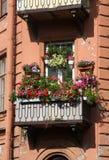 Balcon complètement des fleurs Photos libres de droits