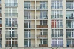 Balcon d'acier inoxydable sur la construction moderne Photos stock
