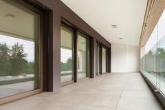 Balcon d'un nouvel appartement Photo stock