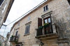 Balcon dans une vieille maison dans Monténégro Photographie stock