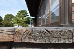 Balcon en bois dans le vieux château japonais Photographie stock libre de droits