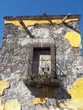 Balcon et fenêtre coloniaux rustiques du Mexique photo stock