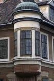 Balcon faisant le coin sur la vieille maison en Hongrie Image libre de droits