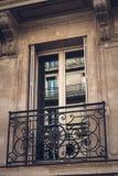 Balcon français sur un appartement à Paris Photographie stock libre de droits